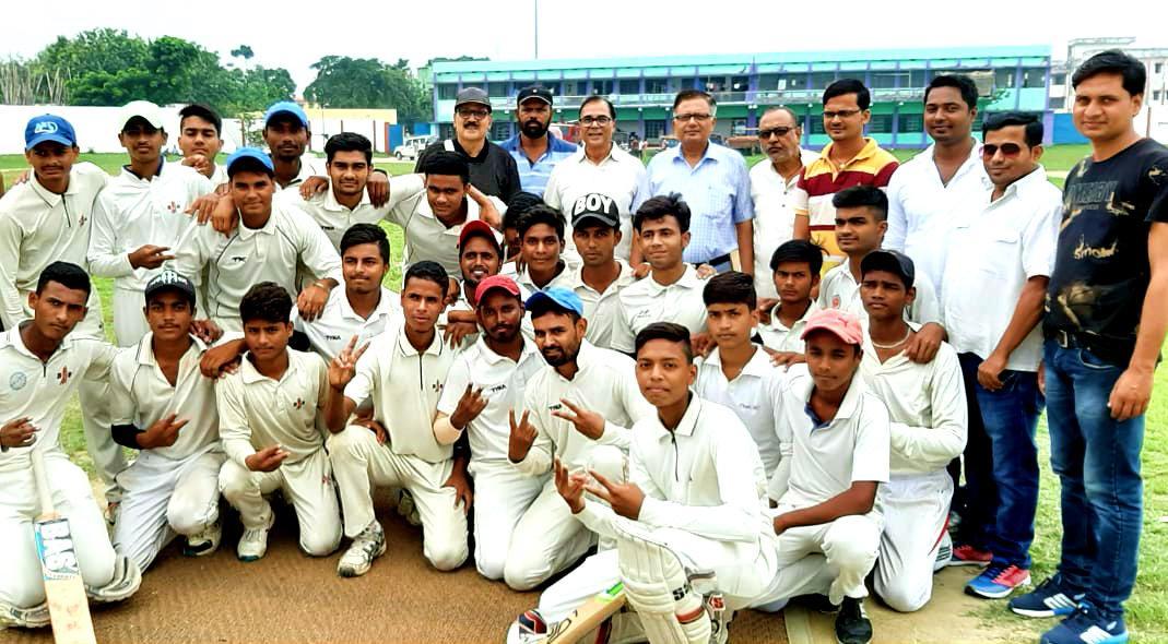 Dr.Madhepuri, Khel Padadhikari S.N.Jha, Kabaddi Sachiv Arun Kumar, MCC President Bharat Bhushan, Koshadhyaksh S.K.Jha, Dhyani Yadav & the players of Khagaria Cricket Team & Madhepura with team leaders at B.N.Mandal Stadium, Madhepura.