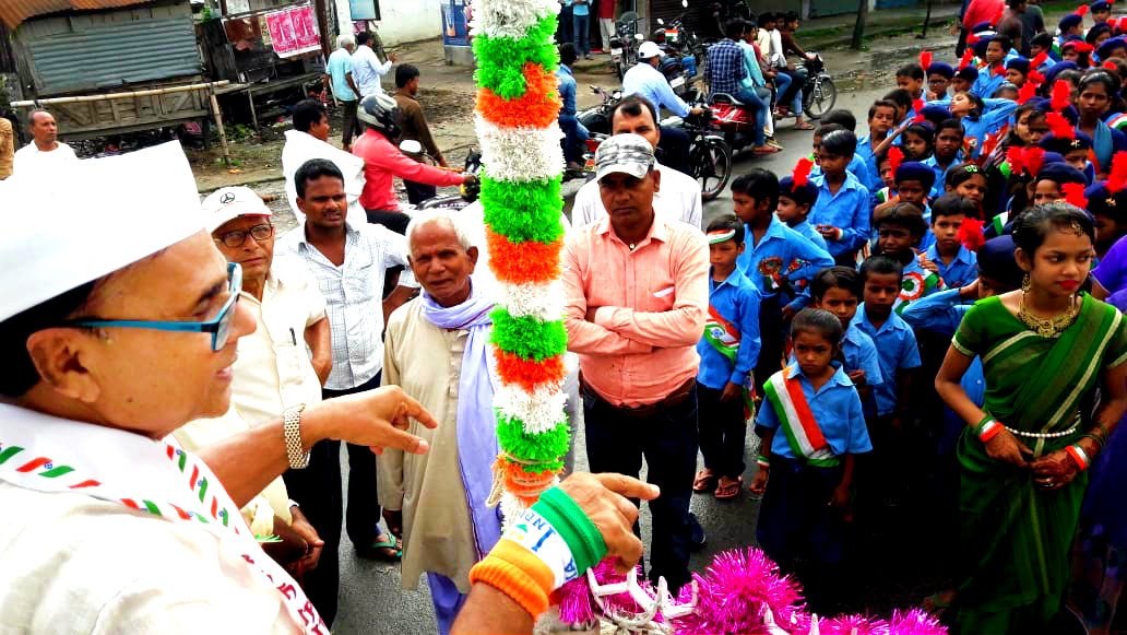 Dr.Madhepuri addressing the school children at Bhupendra Chowk, Madhepura.