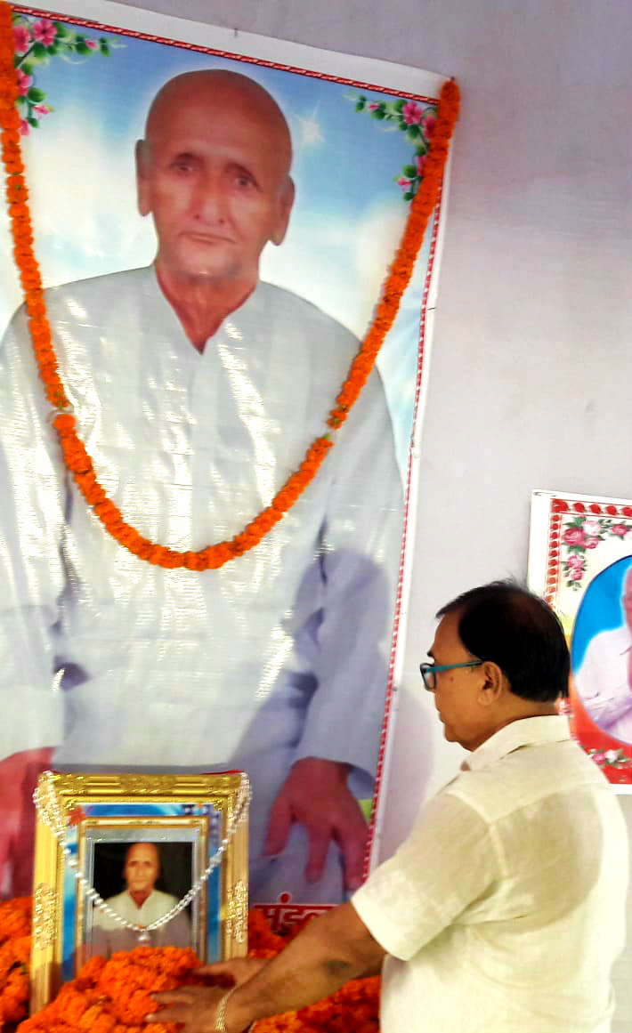 Samajsevi-Sahityakar Dr.Bhupendra Narayan Yadav Madhepuri paying tribute to a dedicated teacher Aniruddha Prasad Mandal (Father of MLA & Former Minister Prof.Chandrashekhar) on his Punya Tithi at Bhelwa, Madhepura.