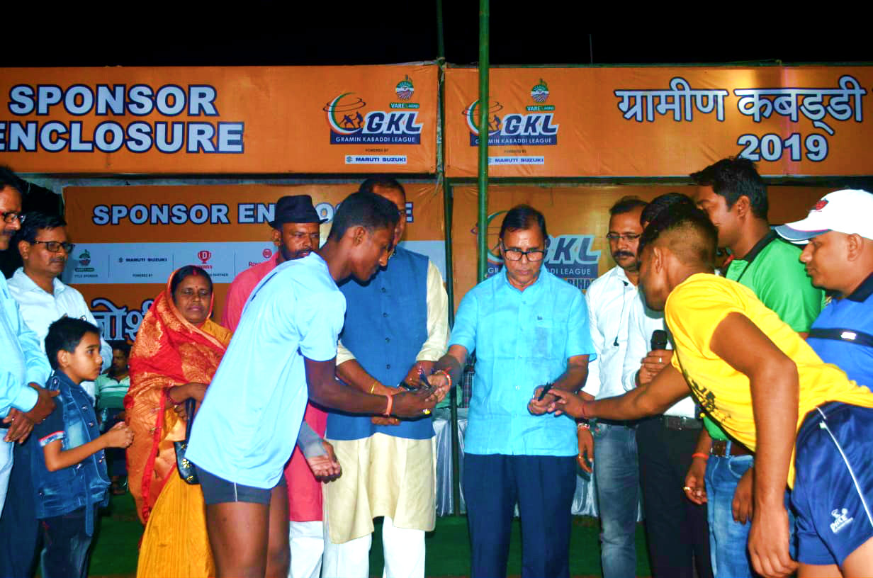 After inaugurating the event Dr.Madhepuri engaged in some sports rituals.