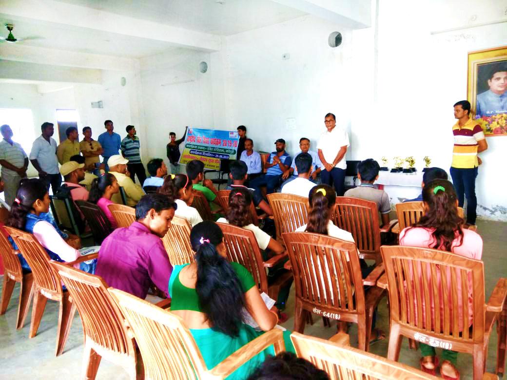 Samajsevi Dr.Bhupendra Madhepuri addressing sports person on the occasion of Rashtriya Khel Diwas at BP Mandal Indoor Stadium Madhepura.