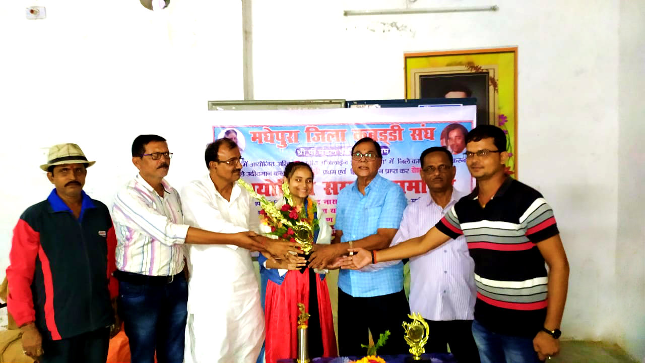 Samajsevi - Sahityakar Dr.Bhupendra Narayan Yadav Madhepuri along with Zila Kabaddi Sangh President Shri Jaikant Yadav, Secretary Arun Kumar, Pracharya Dr.Suresh Bhushan, Sanjay Kumar and others congratulating young artist Shivali at B.P.Mandal Indoor Stadium Madhepura.