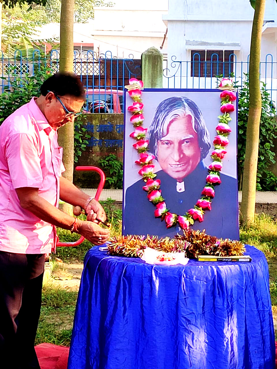 Samajsevi Dr.Bhupendra Madhepuri paying his tribute to Bharat Ratna DR.APJ Abdul Kalam on an auspicious occasion of his 89th Birth Anniversary at Dr.APJ Abdul Kalam Park,Madhepura.