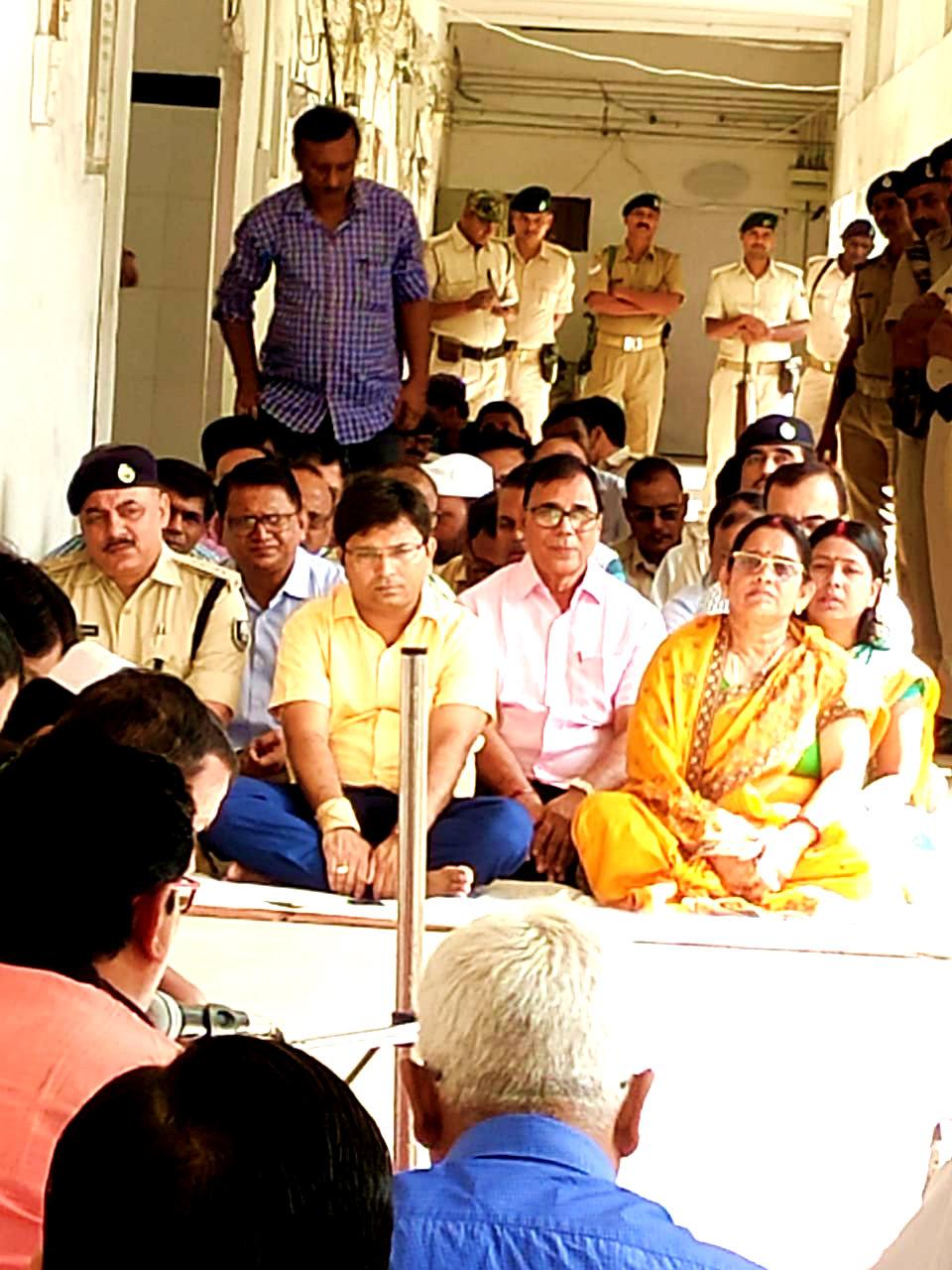 Samajsevi Dr.Bhupendra Madhepuri along with DM Navdeep Shukla, SP Sanjay Kumar, Zila Parishad Adhyaksha Manju Devi, DDC Vinod Kumar Singh, ADM Upendra Kumar & others attending