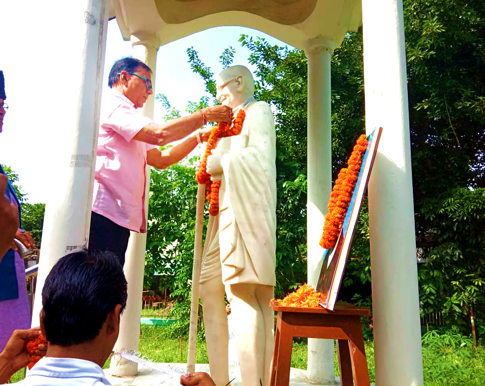 Samajsevi Dr.B.N.Yadav Madhepuri paying tribute to Rastrapita Mahatma Gandhi and former Prime Minister Lal Bahadur Shastri, the symbol of