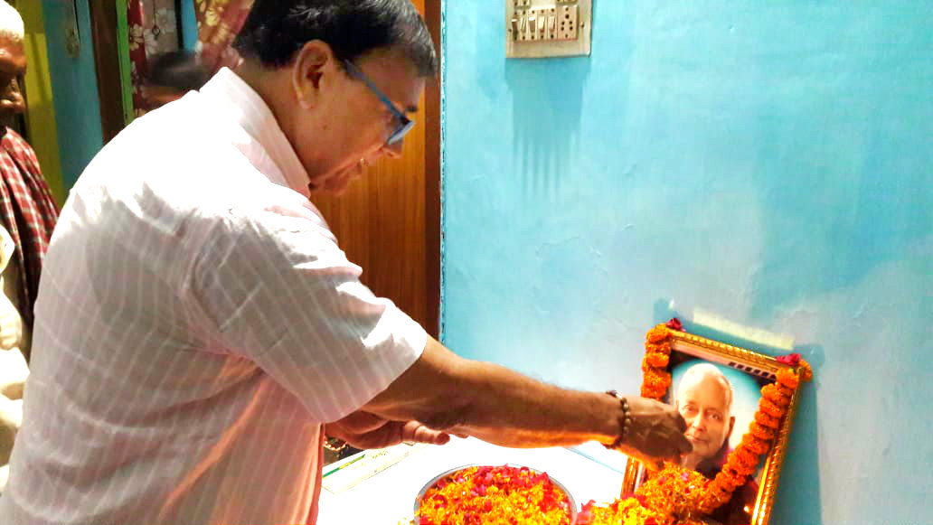 Samajsevi Dr.Madhepuri paying tribute to Guru Ganga Jha on his Punya Tithi at Madhepura.