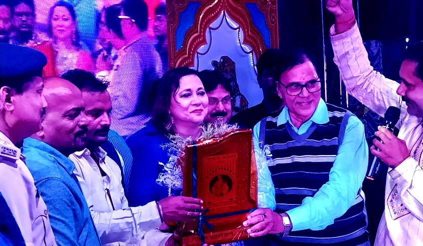 Dr.Madhepuri along with SDM Vrindalal & SDPO Wasi Ahmed giving momento to Bollywood Playback Singer Purnima Shresth at Gopashtmi Mahotsav, Madhepura.
