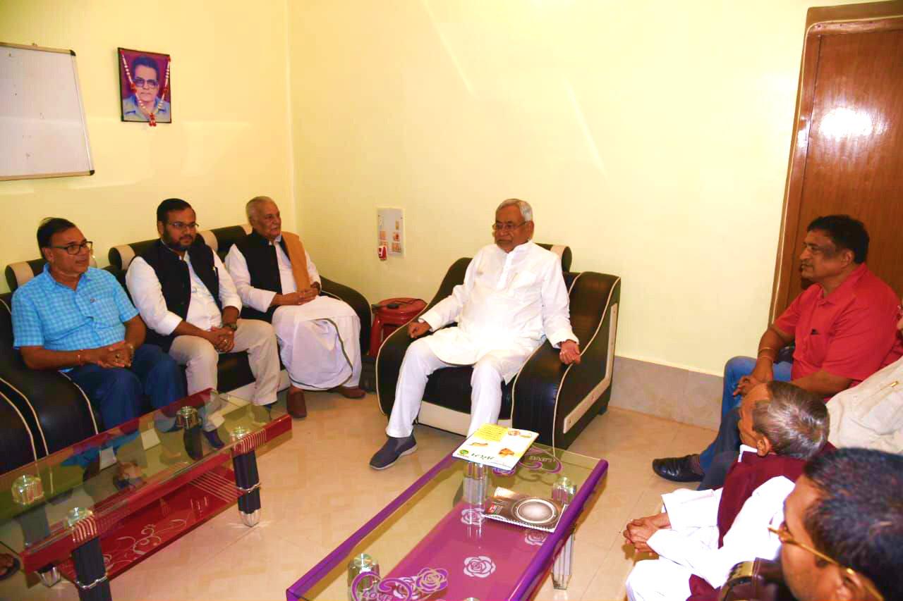 Samajsevi Dr.B.N.Yadav Madhepuri, JDU Media Cell President Dr.Amardeep, Former MP Dr.R.K.Yadav Ravi, SC & ST Minister Dr.Ramesh Rishideo, JP Senani Siya Ram Yadav, MLC Lallan Sarraf with CM Nitish Kumar.