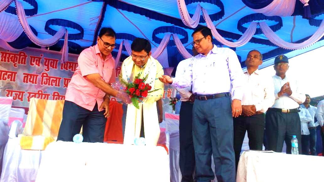 DM Navdeep Shukla is being honoured by Dr.Madhepuri on the occasion of state level Rugby Balika Pratiyogita at B.N.Mandal Stadium, Madhepura.