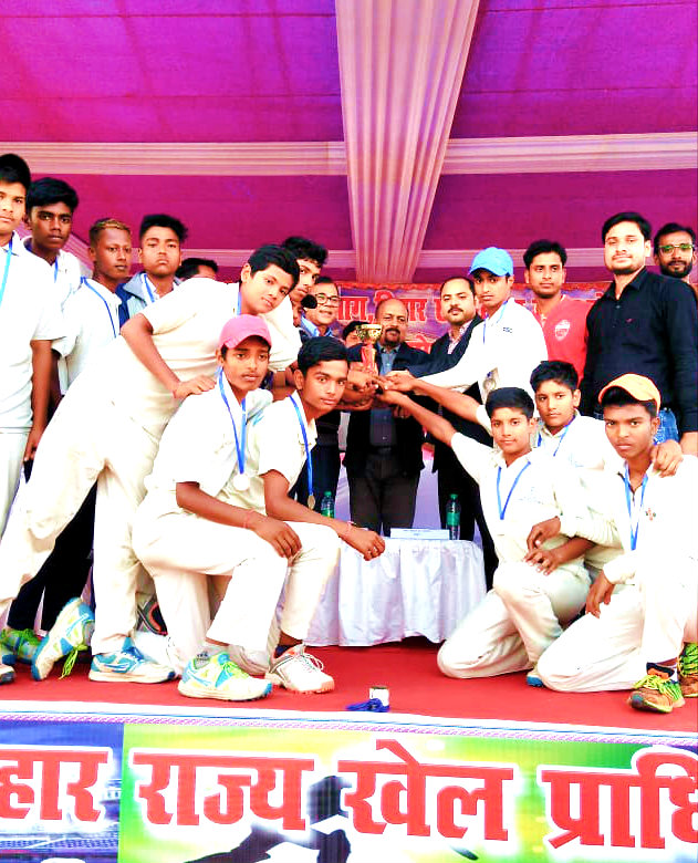 Samajsevi Dr.Madhepuri, SDM Vrindalal, NDC Rajneesh Kumar Ray, Arun Kumar and others giving Medals & Cup to the Samastipur Team, winner of State Level Boys Cricket Tournament.