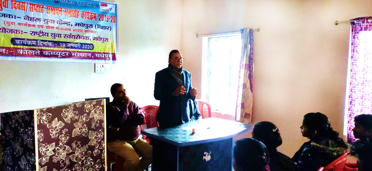 Dr.Madhepuri addressing the students of Kolte Computer under the banner of Nehru Yuva Kendra.