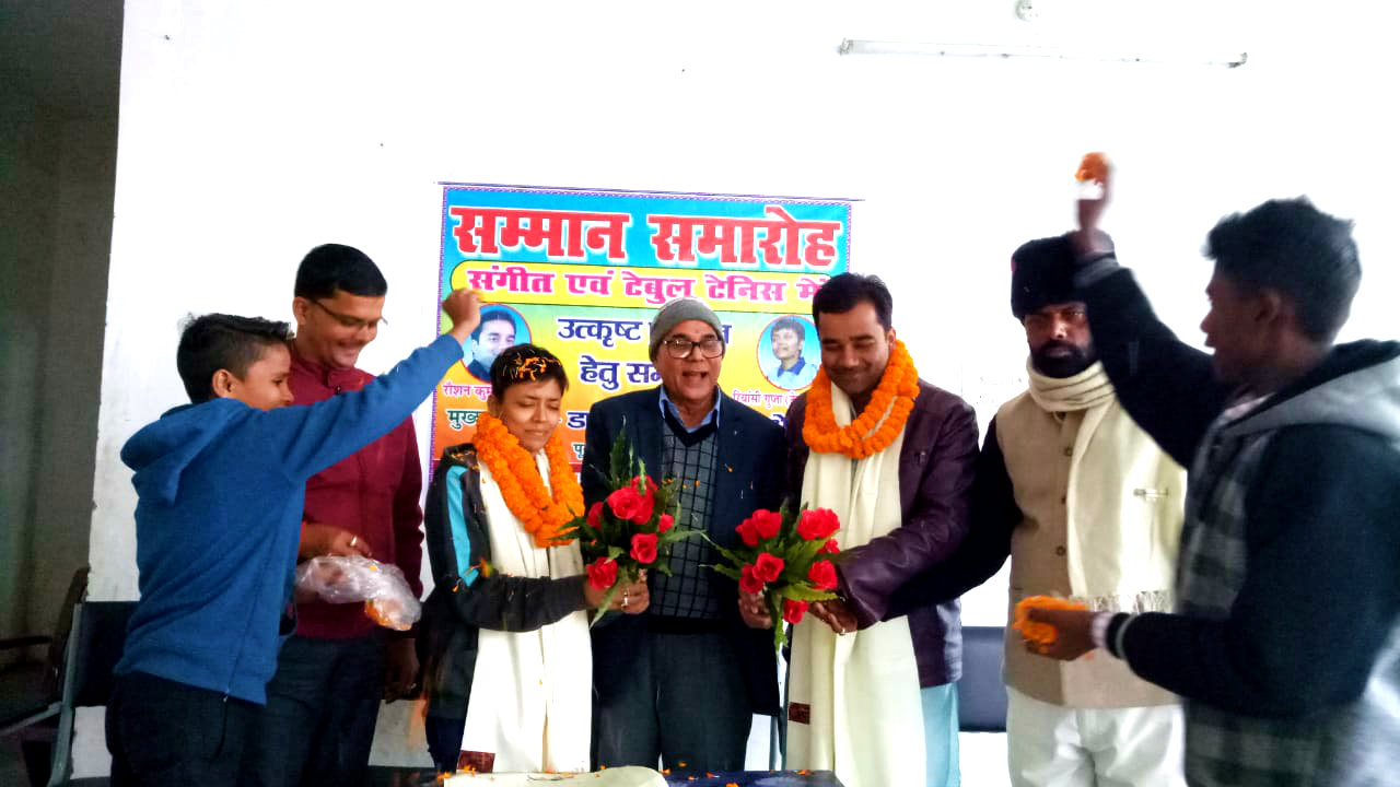 Samajsevi-Sahityakar Dr.Madhepuri giving honour to Rianshi Gupta and Raushan Kumar for their best performance in their specific fields in presence of Kabaddi Sachiv Arun Kumar and Dhyani Yadav at BP Mandal Indoor Stadium,Madhepura.