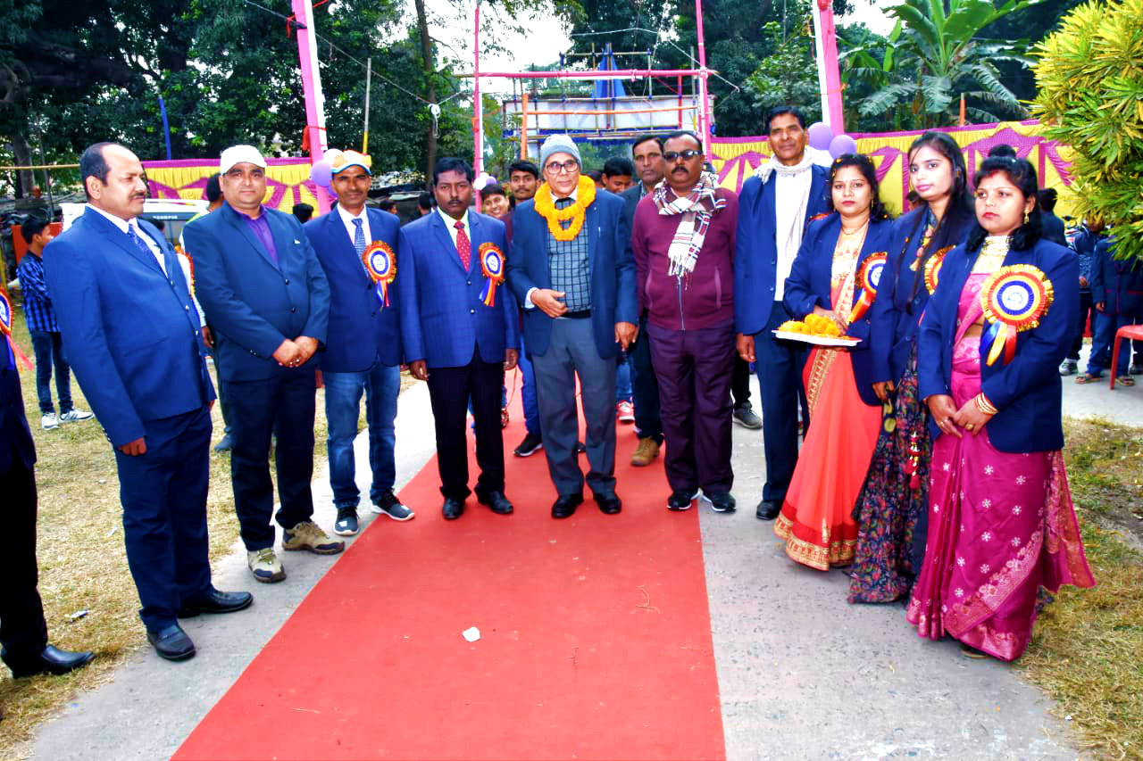 Udghatankarta Samajsevi-Sahityakar Prof.(Dr.) Bhupendra Narayan Madhepuri is being received by the Director & Teachers of Tulsi Public School on the occasion of Annual Day Function at BP Mandal Nagar Bhawan, Shahid Chulhai Marg, Madhepura-20.