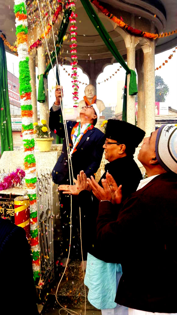 Samajsevi Dr.Bhupendra Madhepuri unfurling the Tri-colour at Bhupendra Chowk on 26th January.