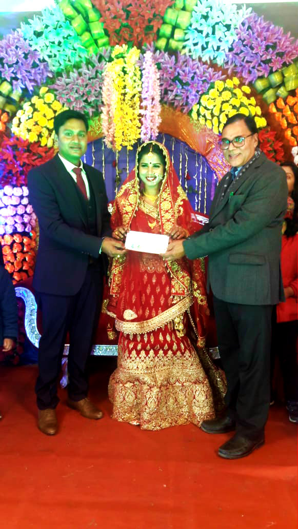 Dr.Madhepuri pouring blessings to the newly married couple Dr.Pranav Prakash & Dr.Priya Prakash at Sagar Vivah Bhawan, Bhupendra Chowk, Madhepura.