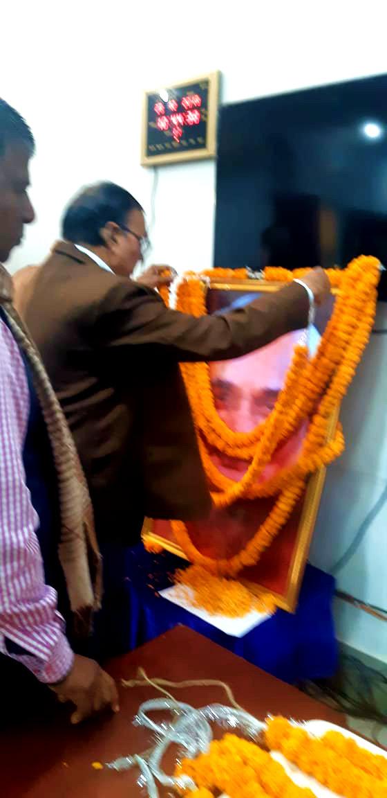 Dr.Madhepuri paying tribute to Bharat Ratna Atalbihari Bajpai at Samaharnalya Sabhagar, Madhepura.