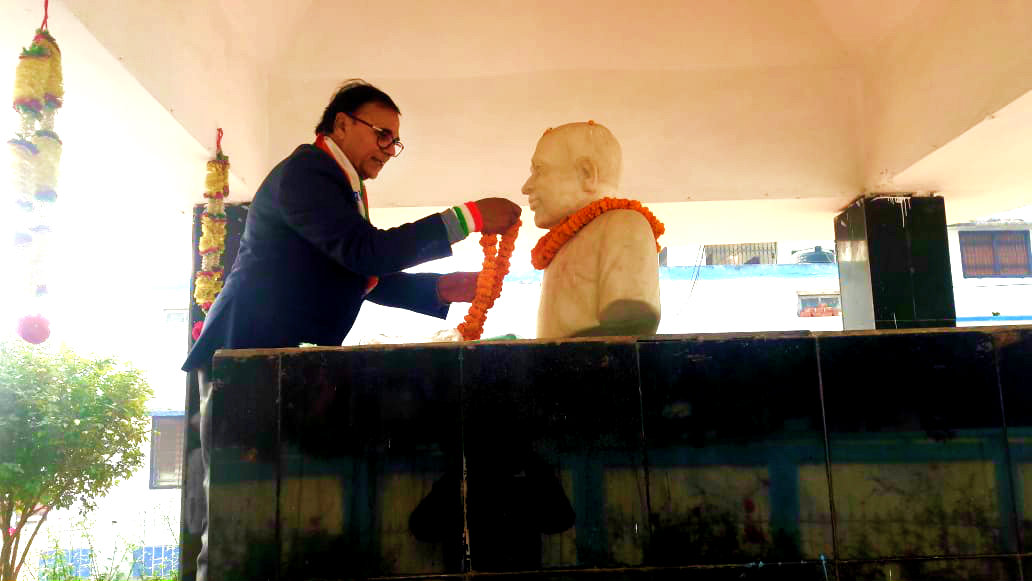 Dr.Bhupendra Madhepuri paying his tributes to the Great Socialist Leader Bhupendra Narayan Mandal on the occasion of Republic Day at B.N.Mandal University Campus.