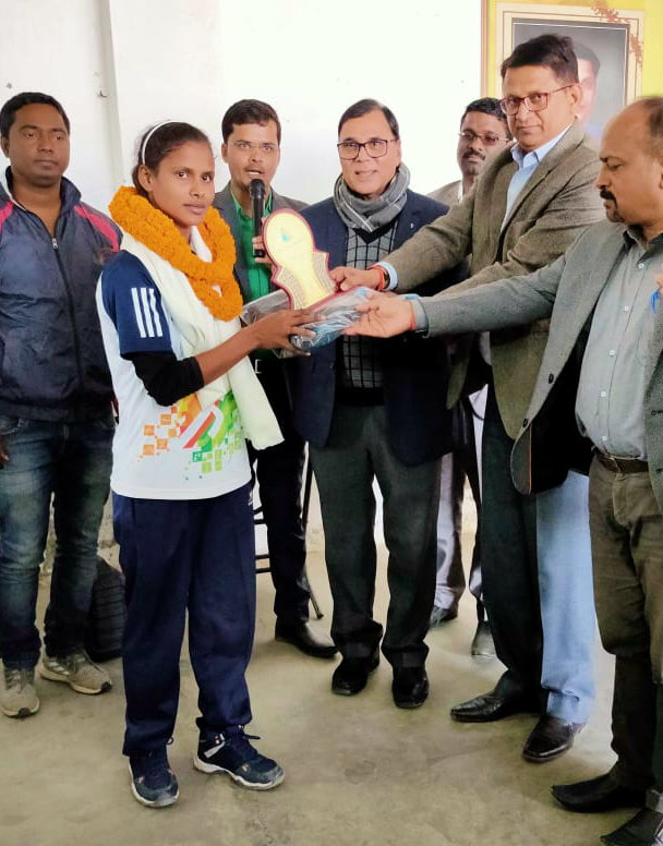 Dr.Madhepuri, ADM Upendra Kumar & SDM Vrindalal giving the best Performance Prize to the national level Kabaddi player Sunita.