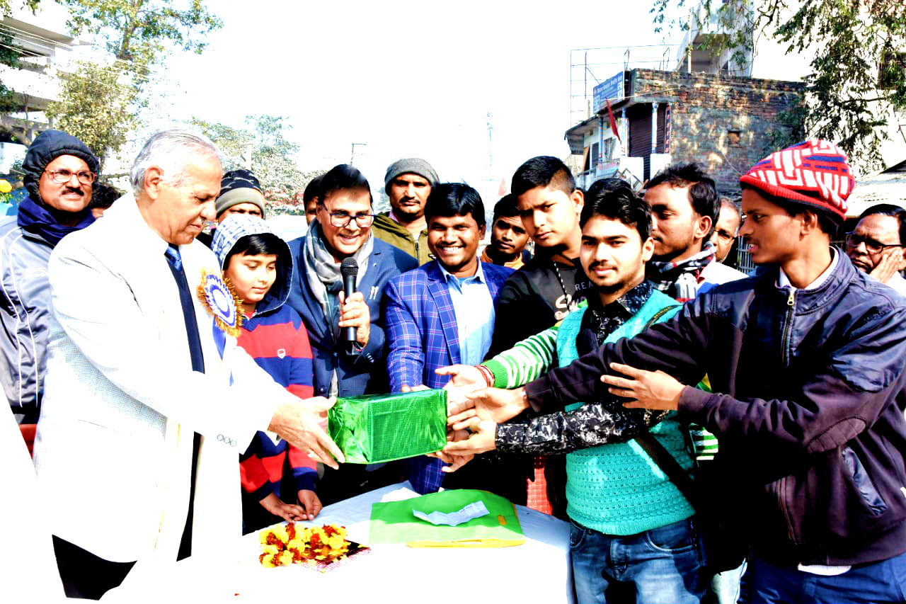 VC Dr.Ray giving prizes to in presence of Dr.Madhepuri & others.