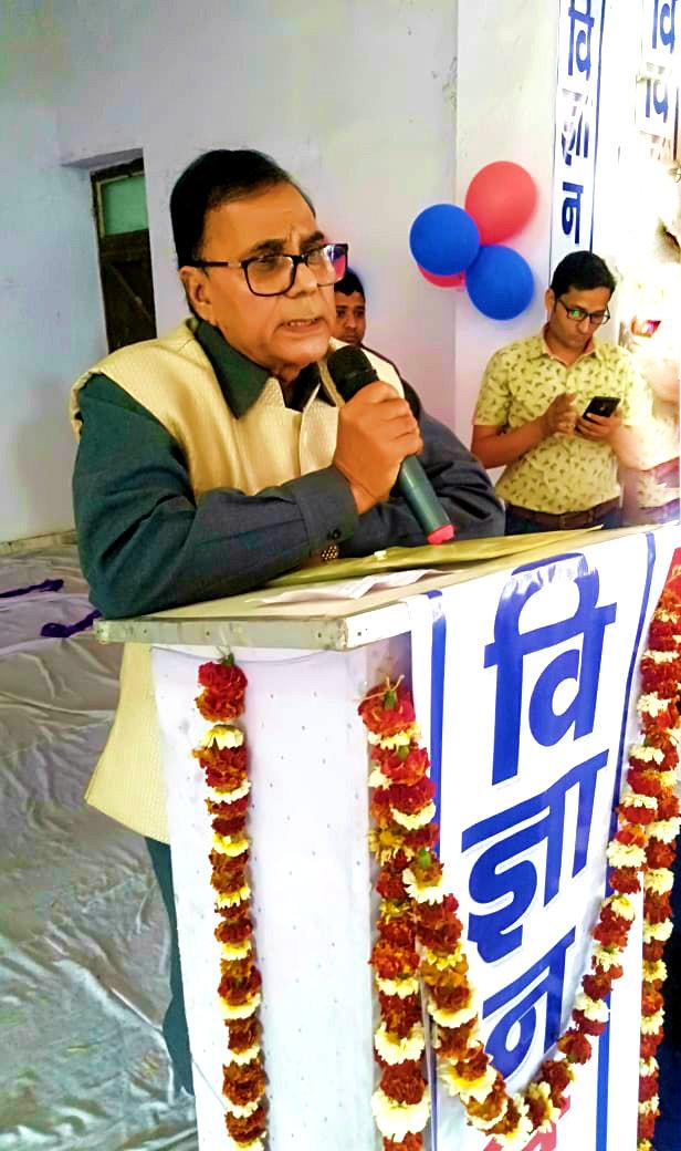 Dr.Bhupendra Madhepuri addressing at Rajnandan Kala Bhawan, Alamnagar.