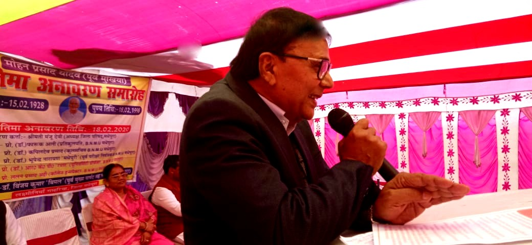 Dr.Madhepuri addressing the villagers on the occasion of Pratima Anawaran Samaroh.