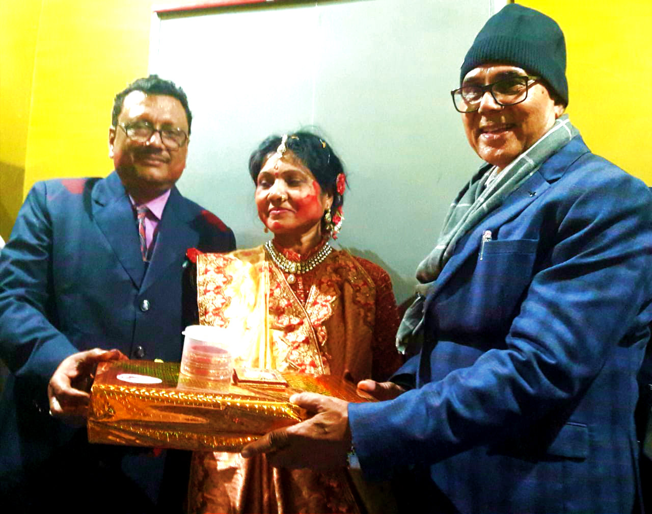 Samajsevi Dr.Bhupendra Madhepuri giving his blessings to the Silver Jubilee Couple Sanju & Shravan Sultania from Bhagyashree.