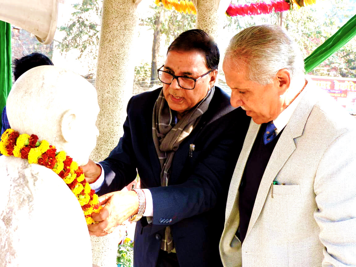 Samajsevi-Shikshavid Dr.Bhupendra Narayan Yadav Madhepuri along with Vice-Chancellor Dr.Awadh Kishor Ray paying tribute to Great Socialist Leader Bhupendra Narayan Mandal at Bhupendra Chowk,Madhepura.