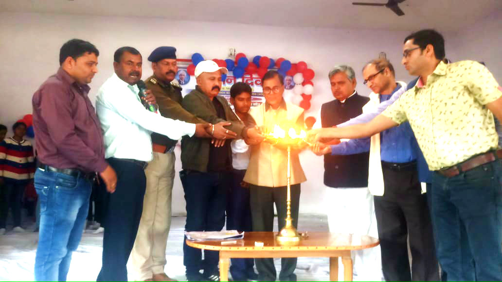 Chief Guest Dr.Bhupendra Madhepuri along with SDM S.Z.Hasan, DCLR Lalit Singh, SDPO C.P.Yadav and others inaugurating the Science Projects Exhibition at Rajnandan Kala Bhawan, Alamnagar.