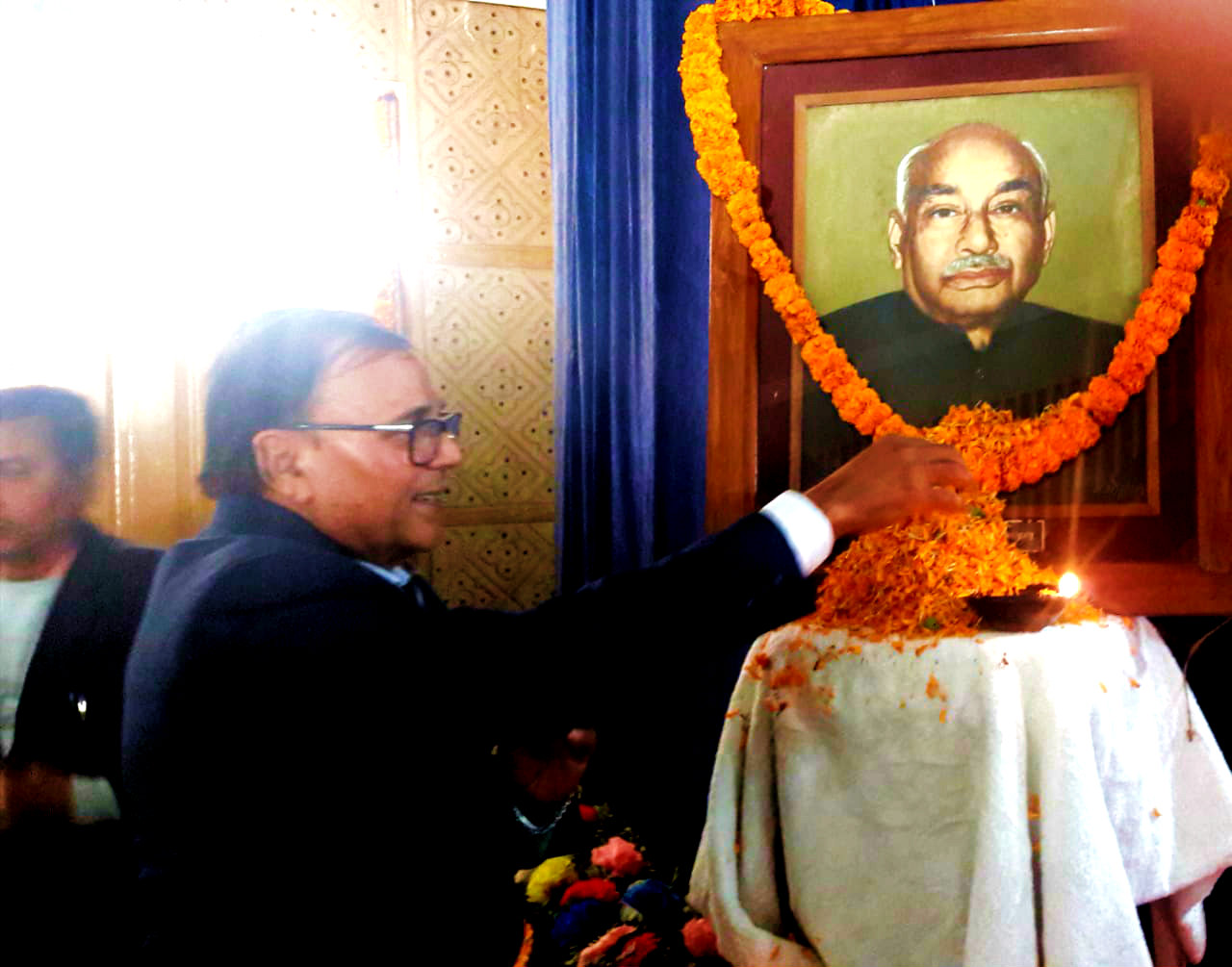 Dr.Madhepuri paying tribute to Manishi Bhupendra Narayan Mandal inside the University Auditorium Hall.