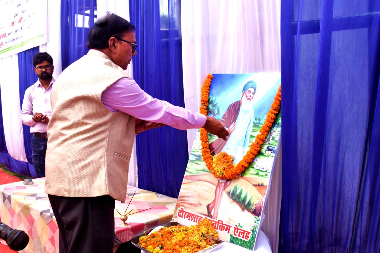 Shikshavid Dr.Bhupendra Madhepuri paying homage to Sufi Saint Dauram Shah Mustkim.