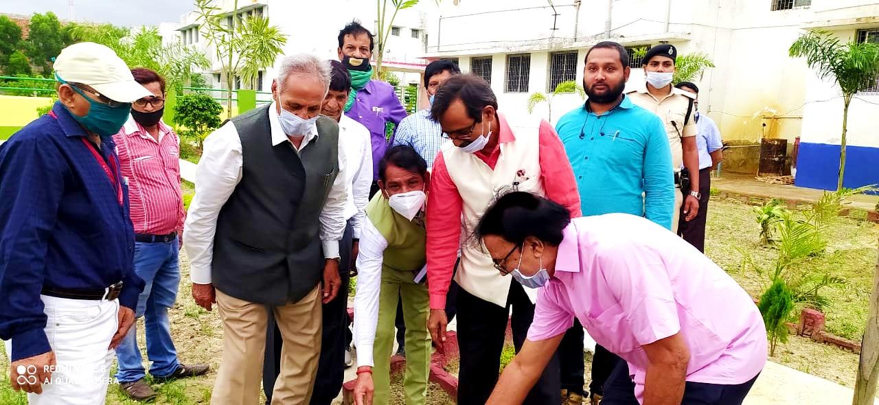 Dr.Madhepuri planting a sapling at Mahavir Vatika (North Campus BNMU) with VC, Pro-VC and others.
