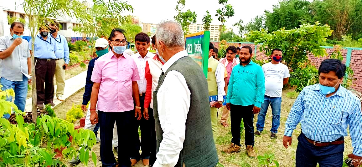 Dr.Bhupendra Madhepuri talking about devotion of Zoology PG Head Dr.Arun Kumar with VC Dr.A.K.Ray.