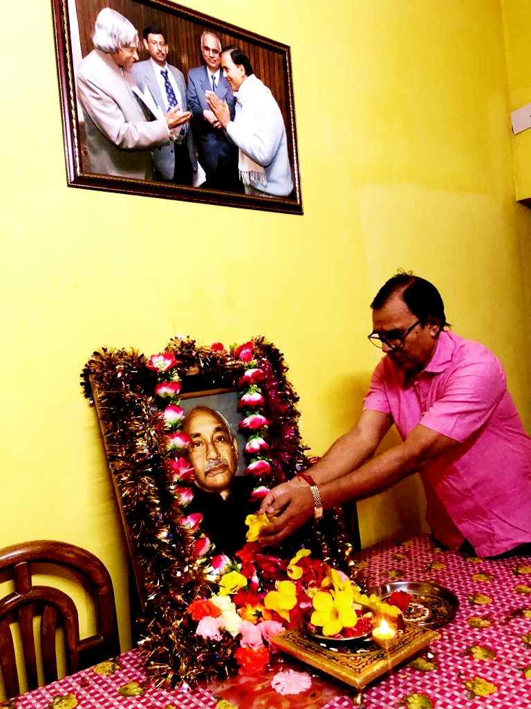 Samajsevi Dr.Bhupendra Madhepuri paying his tribute to Great Socialist Leader Bhupendra Narayan Mandal on the occasion of 117th Punya-Tithi at his residence 'Vrindavan' during Corona Periods.