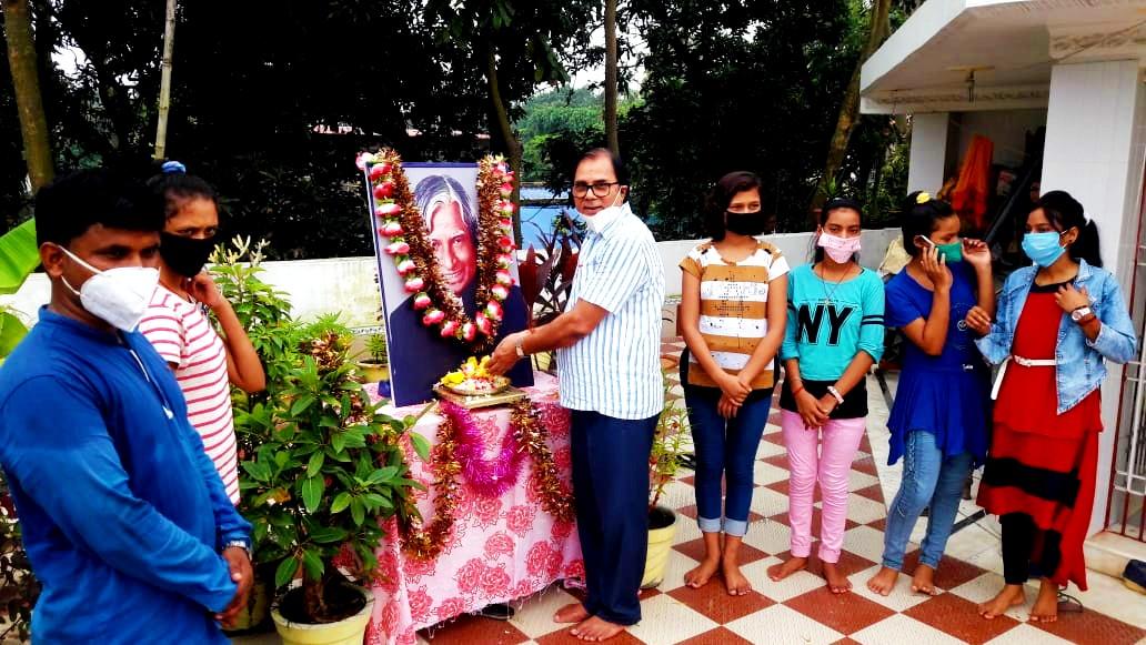 Dr.Madhepuri paying homage to Dr.Kalam.
