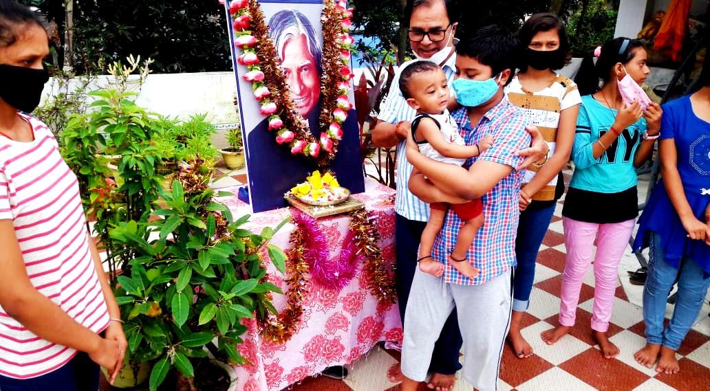 Dr.Bhupendra Madhepuri along with Kids paying homage to Dr.Kalam.
