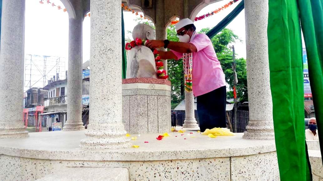Dr.Bhupendra Madhepuri paying tribute to the great freedom fighter B.N.Mandal on the occasion of Independence Day.
