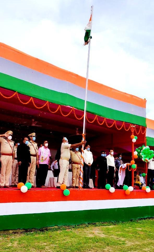 DM Navdeep Shukla, SP Sanjay Kumar, DDC Vinod Kumar Singh, ADM Upendra Kumar, SDM Vrindalal, SDPO Wasi Ahmad and other officers along with Dr.Madhepuri celebrating Independence Day at B.N.Mandal Stadium Madhepura.
