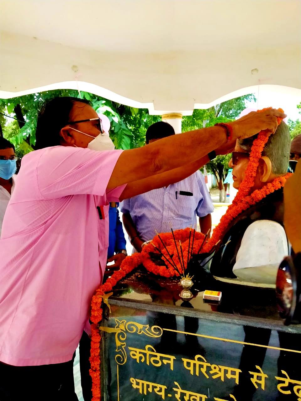 Dr.Madhepuri garlanding statue of Mahavir Babu on his 24th Death Anniversary.