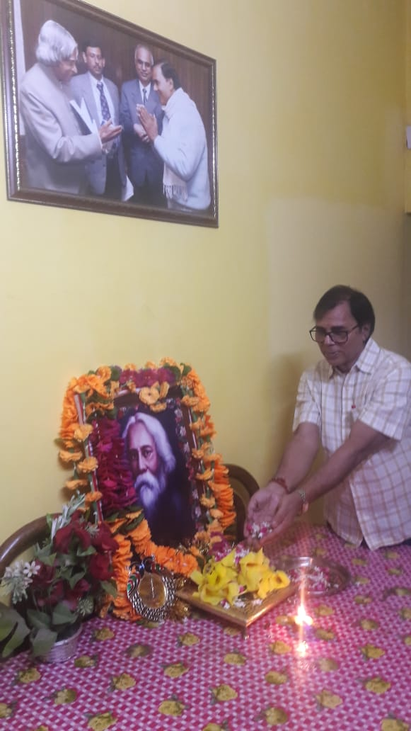 Dr.Bhupendra Madhepuri paying homage to Vishwa Guru Ravindra Nath Tagore on his 81st Death Anniversary.