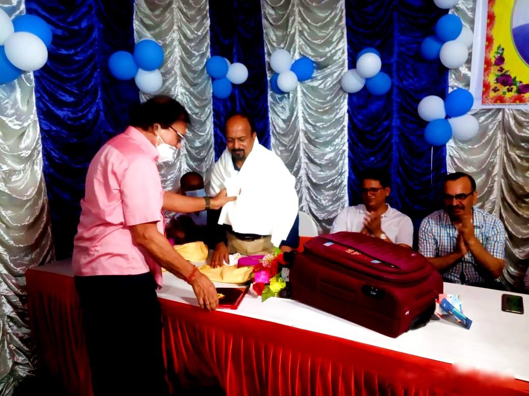 Amidst the clapping of ADM Upendra Kumar, ADM Shiv Kumar Shaiv and SDM Neeraj Kumar Dr.Bhupendra Madhepuri giving farewell SDM Vrindalal.