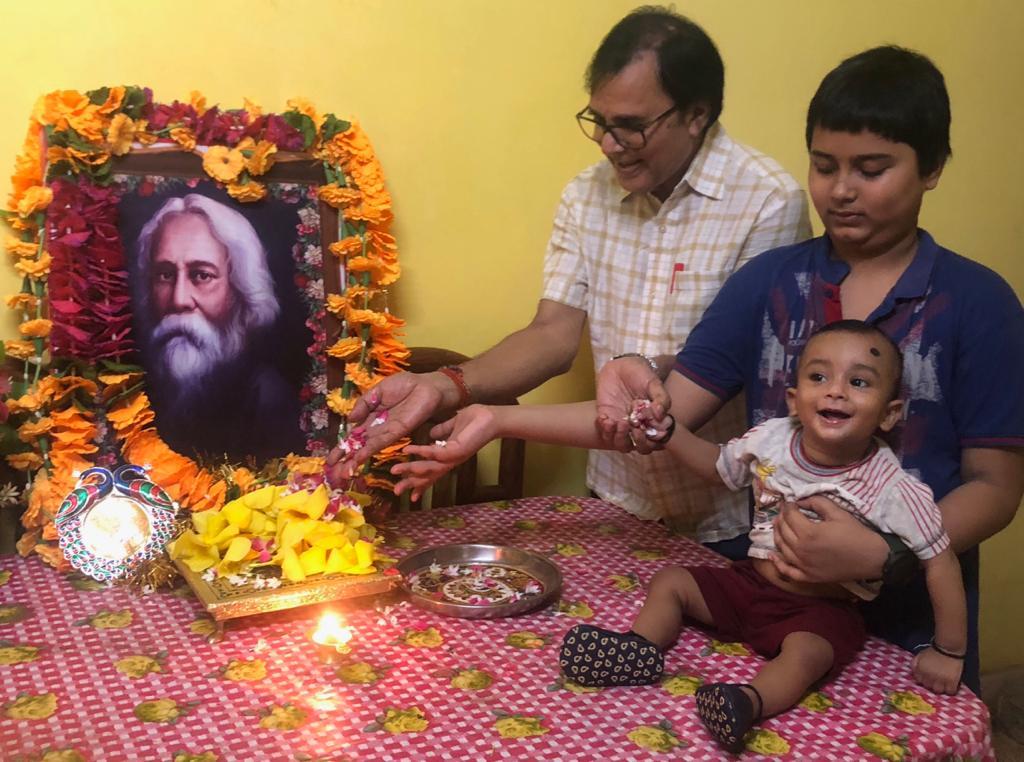 Dr.Madhepuri along with grandsons Aditya & Akshat remembering Ravindra Nath Tagore at Vrindavan Madhepura.