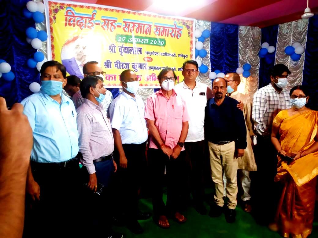 Samajsevi Dr.Bhupendra Madhepuri along with DDC Vinod Kumar Singh, ADM Upendra Kumar, ADM Shiv Kumar Shaiv, SDM Neeraj Kumar and SDM Vrindalal all together on the occasion of great farewell of SDM Vrindalal.