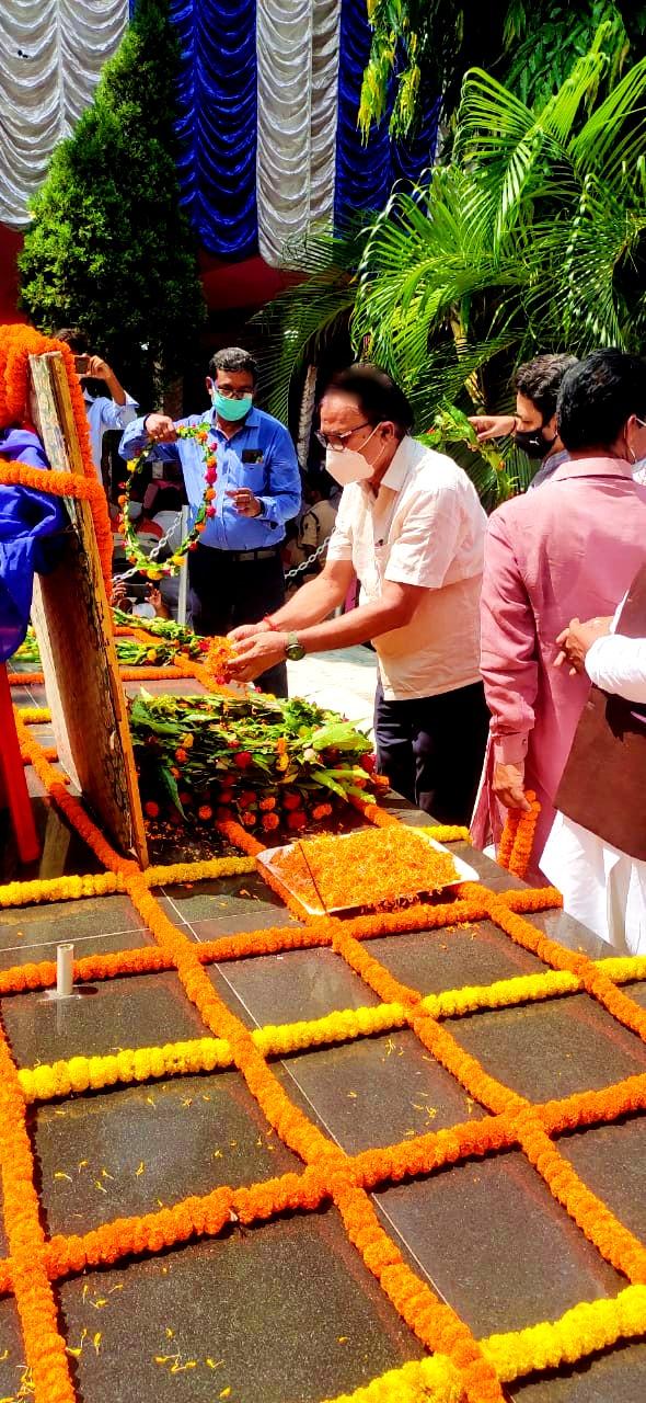 Samajsevi-Sahityakar Dr.Bhupendra Narayan Yadav Madhepuri paying tribute to Tail Chitra of B.P.Mandal at his Samadhi Sthal, Murho.