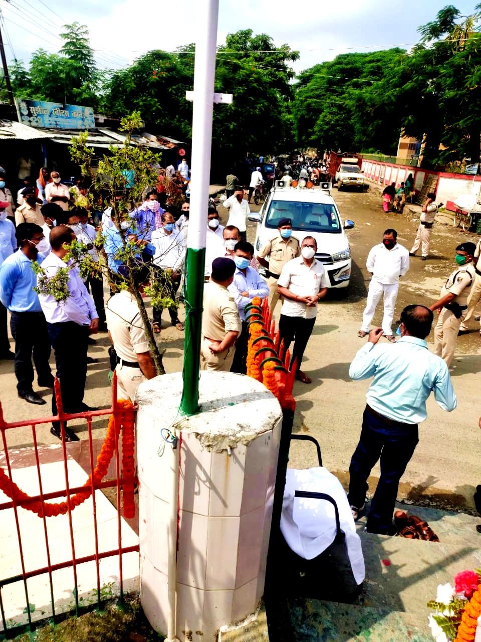 Dr.Bhupendra Madhepuri along with officers at BP Mandal Chowk Madhepura on way to Murho.