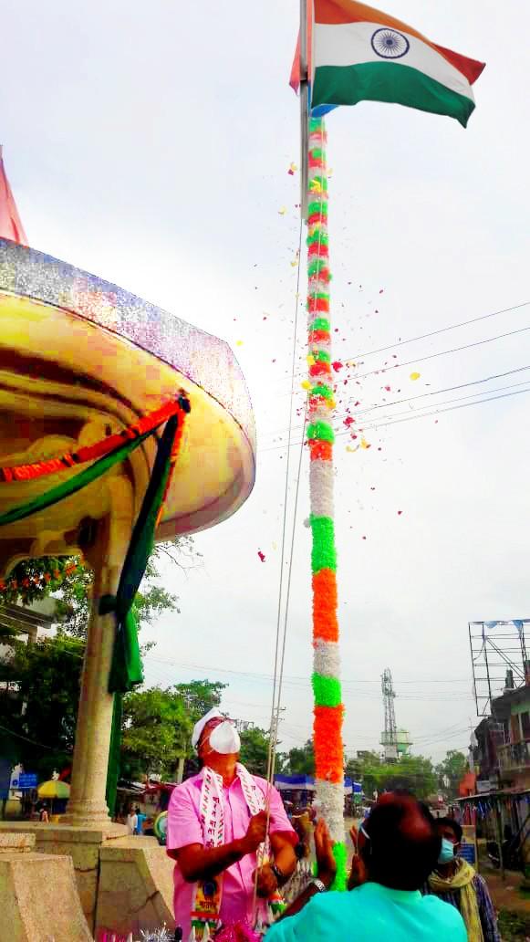 Samajsevi Dr.Bhupendra Narayan Yadav Madhepuri hoisting Tiranga at Bhupendra Chowk, Madhepura.